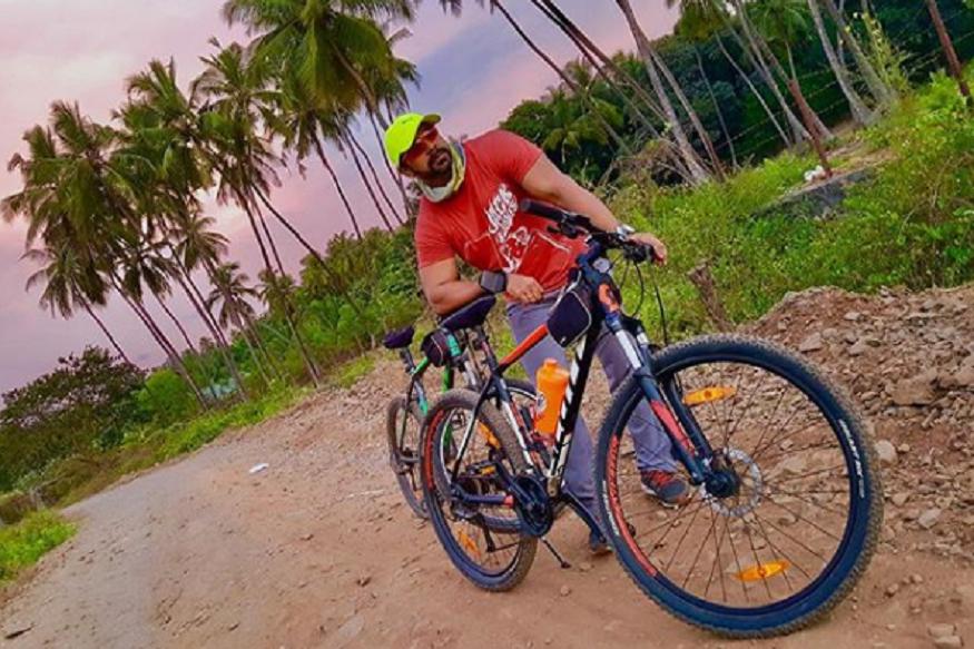मी सायकलिंग करतो. मुंबईला असताना रस्त्यावर. पण अलिबागला समुद्र किनारी करतो. त्यावेळी माझा मुलगा निहारही सोबत असतो.