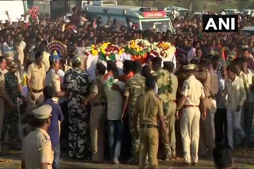महाराष्ट्राचे सुपुत्र नितीन राठोड आणि संजय राजपूत यांना देखील पुलवामामध्ये वीरमरण आलं. यावेळी नितीन राठोड यांच्या पार्थिवाचे दर्शन घेण्यासाठी हजारोंचा जनसमुदाय लोटला होता.