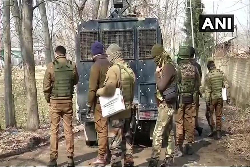 सकाळपासून दक्षिण काश्मीरमधील पुलवामा जिल्ह्यातील पिंगलान येते दहशतवादी लपून बसल्याची खबर लष्कराला मिळाली. त्यानंतर लष्करानं दहशतवादी लपून बसलेल्या घराला घेरलं. दरम्यान, दहशतवादी आणि जवानांमध्ये जोरदार चकमक उडाली.