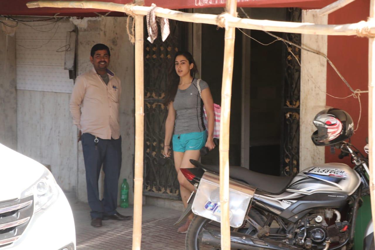 सैफ अली खानची मुलगी सारा अली खान नेहमीप्रमाणे जिममधून बाहेर पडताना दिसली. सध्या सारा जिममध्ये जास्तीत जास्त वेळ घाम गाळत स्वतःवर अधिक काम करत आहे.