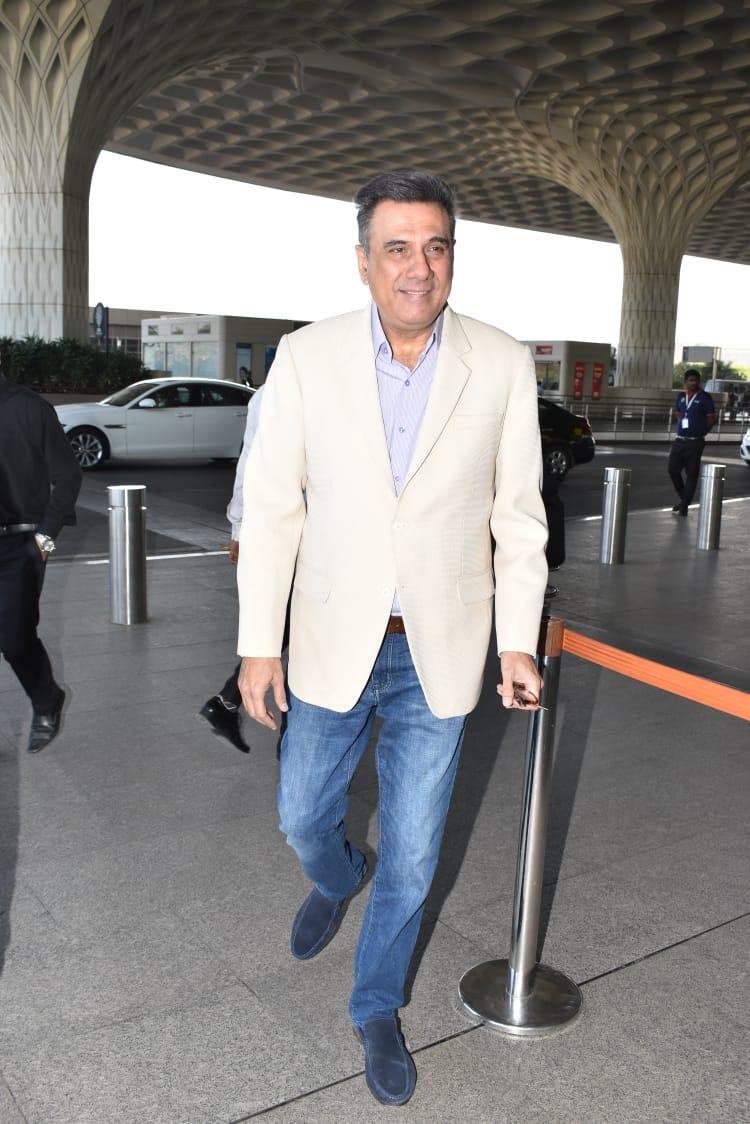 बॉलिवूड अभिनेता बोमन इरानीही एअरपोर्टवर दिसले.