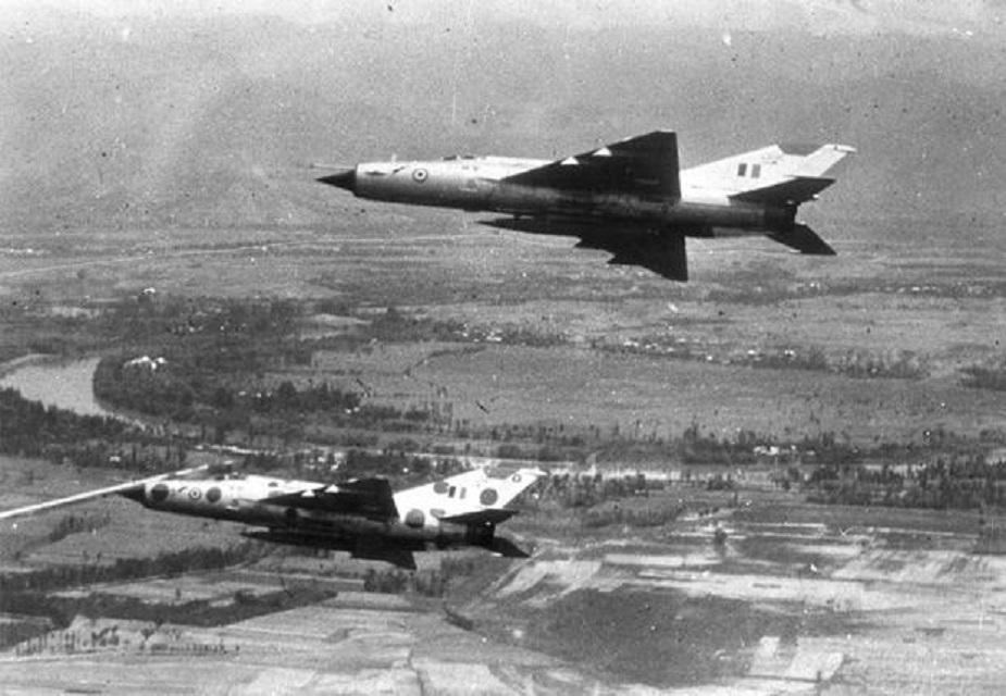 या युद्धात 3 डिसेंबर 1971 च्या संध्याकाळी पाकिस्तानी वायुसेनेने भारतीय वायुसेनेवर अचानक हल्ला केला. या हल्ल्याचं उत्तर देताना भारतीय वायुसेनेने मिग-फाइटर विमानातून पाकिस्तानच्या 7 तळांवर मोठा हल्ला केला होता. या हल्ल्यात पाकिस्तानच्या 7 हवाई तळांचा नाश करण्यात भारतीय वायुसेनेला यश मिळालं होतं. (Photo credit: Indian Air Force)पुढे वाचा... भारताच्या या 10 शस्त्रांसमोर पाकिस्तानचा निभाव लागणं अशक्य