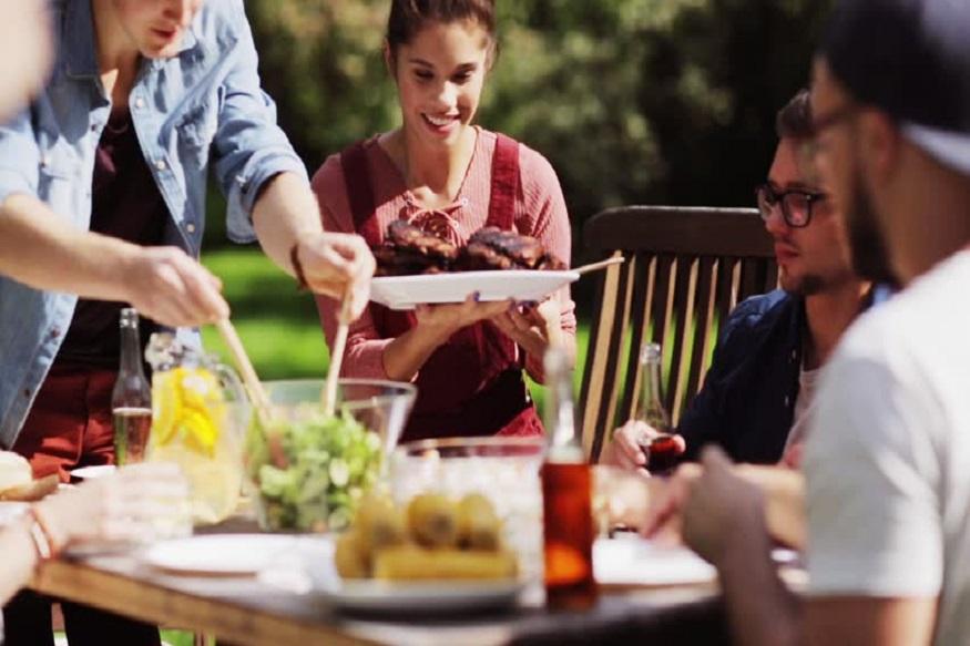 आपण सगळेच अनेकदा पार्टीला विविध पदार्थ खात असतो. जिभेचे चोचले पुरवणारे पदार्थ खाल्ले की छान वाटतं खरं, पण ते तात्पुरतंच. नंतर अॅसिडीटीचा त्रास सुरू होतो. पुढील 7 पदार्थ खाल्ले की अॅसिडीटी होते.