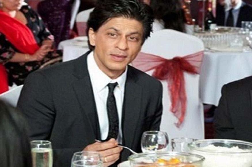 बाॅलिवूडचा बादशहा शाहरुख खान आपल्या फिटनेसबद्दल खूपच जागरुक आहे. वर्कआऊट्सबरोबर तो आहारालाही खूप महत्त्व देतो.