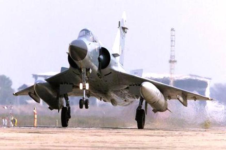 पाकिस्तान लष्कराचे प्रवक्ता मेजर जनरल आसिफ गफूर यांनी ट्वीट करून या हल्ल्याबद्दल माहिती दिली. ट्वीट करत आसिफ यांनी म्हटलं की, 'भारतीय वायु दलाने नियंत्रण रेषेचं उल्लंघन केलं. पाकिस्तानच्या वायु दलाने लगेच कार्यवाई केली आणि भारतीय विमानांना परत पाठवण्यात आलं.' (फाइल फोटो)