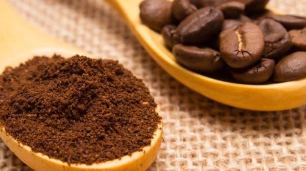 एक कप चहा किंवा काॅफी ठीक आहे. पण जास्त चहा-काॅफी प्यायली तर पोटात अॅसिडीटी होते. कारण या पेयांत कॅफिन असतं.