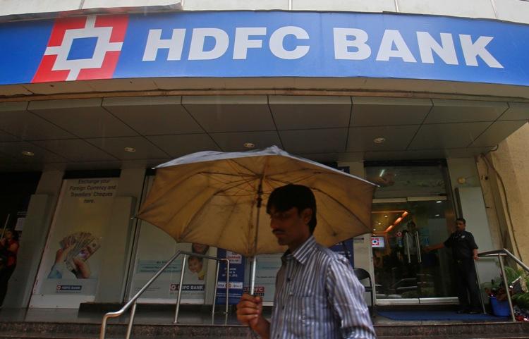 HDFC बँक - 364 दिवसांसाठी ही बँक 7.10 कोटी व्याज देते. बँकेत 1 कोटी एफडी केले तर वर्षाला 7.10 लाख रुपये मिळू शकतात.