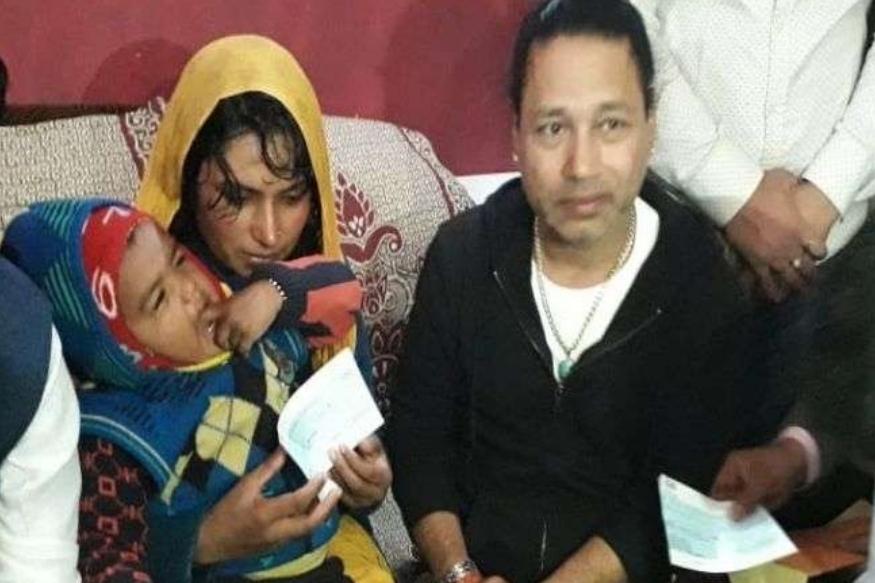देवरिया येथील शो रद्द करून शहिदाच्या कुटुंबाला भेटायला गेला कैलाश खेर, अशी केली मदत