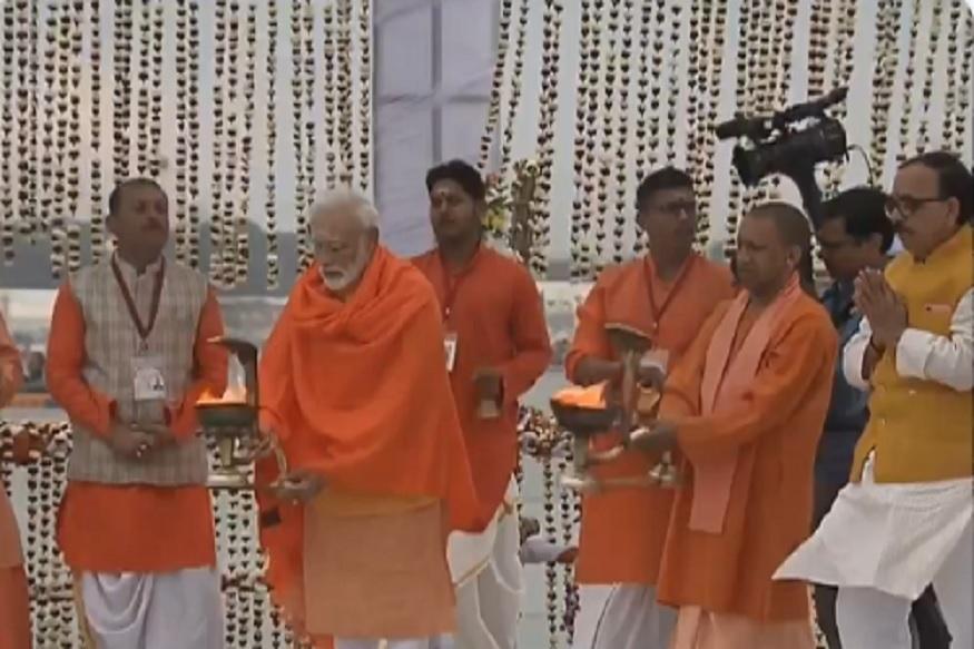 नरेंद्र मोदींचं कुंभ मेळ्यात स्नान, संगमात डुबकी घेणारे नेहरु नंतरचे पहिले पंतप्रधान!