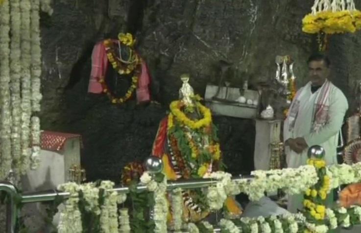 काश्मीरमधील शिवखोरी मंदिरात महाशिवरात्रीनिमित्त भगवान शंकराची पूजा करण्यात आली. या वेळी मंदिरात शिवलिंगावर दुग्धाभिषेक करण्यात आला.