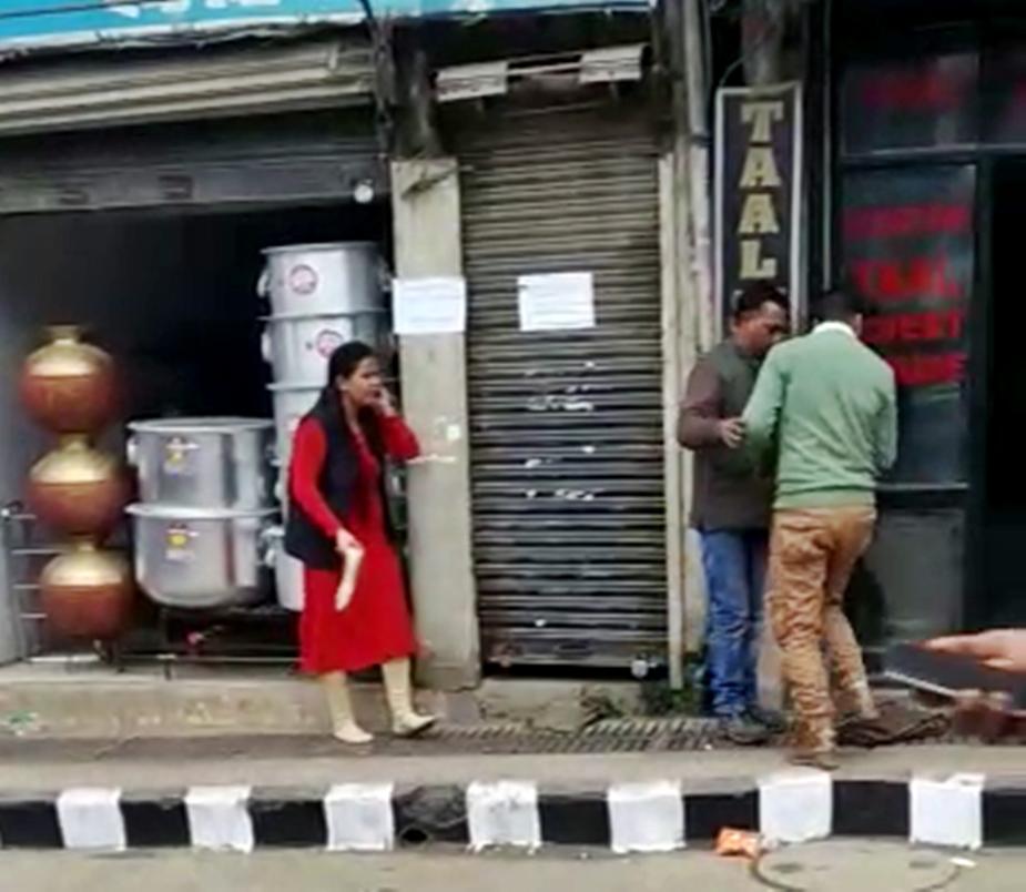 हिमाचल प्रदेशच्या मंडीमध्ये हा संपूर्ण प्रकार घडला आहे. रस्त्याने जात असताना शुल्लक कारणावरून या जोडप्यामध्ये भांडण झालं. त्याचं रुपांतर थेट हाणामारीमध्ये झालं.