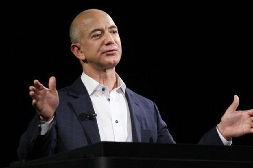 ब्लूमबर्ग बिलेनियर इंडेक्सनुसार अॅमेझॉनचे संस्थापक आणि CEO जेफ बेझॉस जगातल्या सर्वात श्रीमंत व्यक्तींच्या यादीत एक नंबरवर होते. त्यांची जागा आता मायक्रोसॉफ्टच्या बिल गेट्स यांनी घेतली आहे.