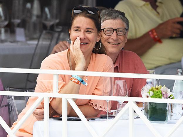 दोन हजार सालात बिल गेट्सनं आपली पत्नी मिलिंडाच्या नावे एक फाऊंडेशन सुरू केलं. बिल गेट्सनं या संस्थेला 2013मध्ये 28 बिलियन अमेरिकन डाॅलर्स दान केले. जगातल्या इतक्या श्रीमंत व्यक्तीचं हृदयही इतकं मोठं आहे.