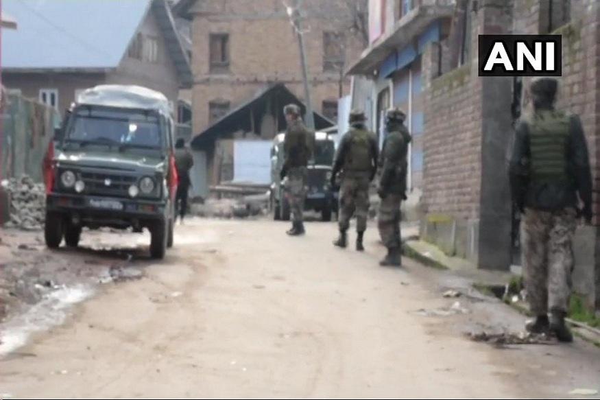 जम्मू-काश्मीरच्या सोपोरमधील त्राल येथे सुरक्षा दलाचे जवान आणि दहशतवाद्यांमध्ये चकमक उडाली.  चकमकीत दोन दहशतवाद्यांना ठार करण्यात जवानांना यश आलं.