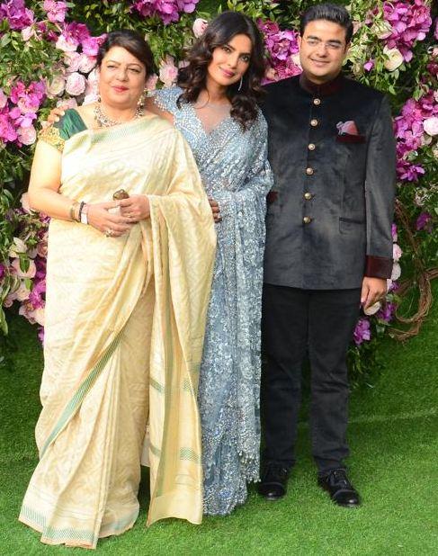 देसी गर्ल प्रियांका चोप्राही आपल्या आईसोबत आणि भावासोबत आकाशच्या लग्नाला हजर राहिली.