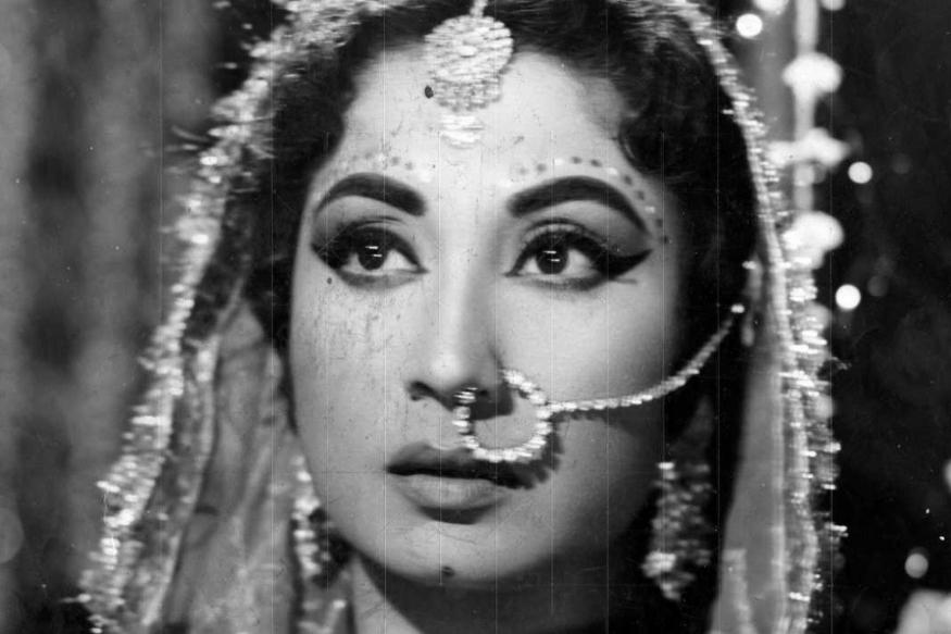 बॉलिवूडच्या प्रसिद्ध अभिनेत्री मीना कुमारी यांचा जन्म 1 ऑगस्ट 1933 रोजी मुंबईतील दादरमध्ये झाला. त्यांचं खरं नाव महजबी बनो असं होतं. त्यांच्या जन्माच्या वेळी त्यांच्या आईवडीलांकडे डॉक्टरांना देण्याएवढेही पैसे नव्हते. त्यामुळे त्यांनी मीना कुमारींना अनाथ आश्रमात सोडलं. मात्र त्यांच्या वडीलांच्या हळव्या मनाला ते पटलं नाही आणि ते आपल्या मुलीला परत घरी घेऊन आले.
