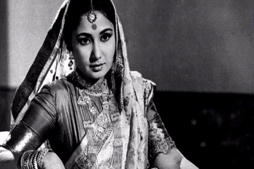 कमाल अमरोही यांच्यापासून वेगळे झाल्यावर मीना कुमारी आणि धर्मेंद्र यांच्यातील जवळीक वाढू लागली. धर्मेंद्र त्यावेळी विवाहित आणि स्ट्रगलिंग अभिनेता होते तर मीना कुमारी बॉलिवूडमधील नावाजलेल्या अभिनेत्री होत्या. मीना कुमारींना धर्मेंद्र यांना अभिनयातील कसब शिकवलं. तसंच 1966 मध्ये आलेल्या 'फूल और पत्थर'मध्ये धर्मेंद्र यांची शिफरसही मीना कुमारींनीच केली होती. त्यामुळे धर्मेंद्र सिनेसृष्टीत यशस्वी होण्याचं श्रेय पूर्णपणे मीना कुमारींना जातं.