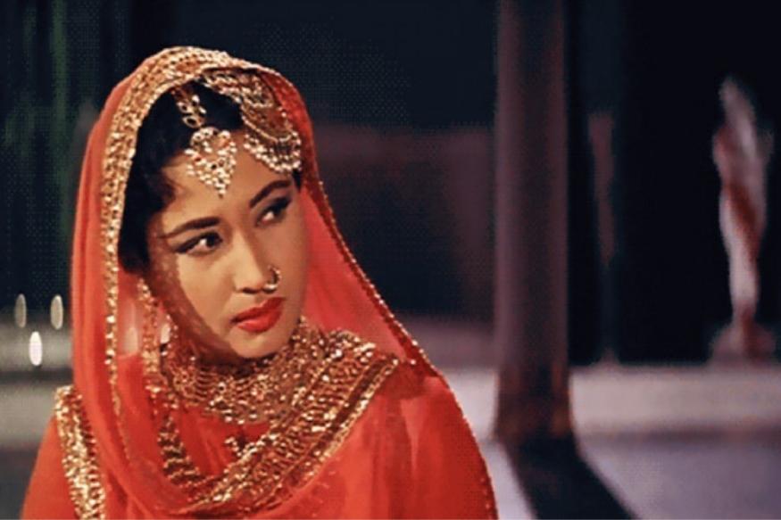 1951मध्ये तमाशा सिनेमाच्या सेटवर मीना कुमारी आणि दिग्दर्शक कमाल अमरोही यांची ओळख झाली आणि या ओळखीचं रुपांतर पुढे प्रेमात झालं. यानंतर लगेच दुसऱ्या वर्षी या दोघांनी लग्नही केलं मात्र त्यांचं हे नात फार काळ टिकू शकलं नाही. लग्नानंतर कमाल यांनी मीना कुमारींवर संशय घ्यायला सुरूवात केली तसंच त्यांच्यावर सिनेमात काम करण्याविषयी बंधन लादायलाही सुरूवात केली. यावरुन दोघांमध्ये सतत वाद होत असतं आणि अखेर त्यांनी 1964 मध्ये घटस्फोट घेतला.