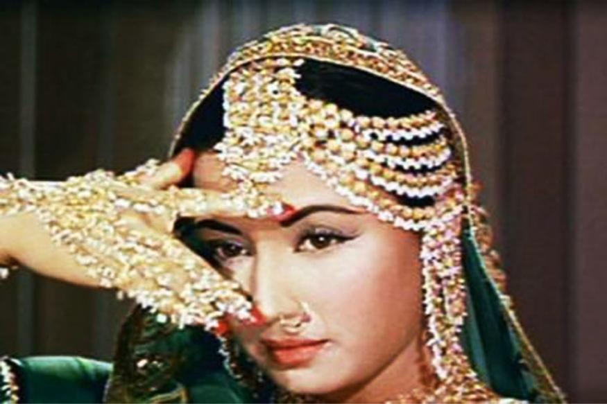 अगदी लहान वयातच घरची सर्व जबाबदारी मीना कुमारींच्या खांद्यावर आली आणि त्यांनी वयाच्या 7 व्या वर्षापासूनच सिनेमात काम करायला सुरूवात केली. 'फरजद-ए-हिंद' हा त्यांचा पहिला सिनेमा होता. मात्र त्यांना अभिनेत्री म्हणून ओळख मिळवून दिली ती 1952मध्ये आलेल्या 'बैजू बावरा' या सिनेमानं.