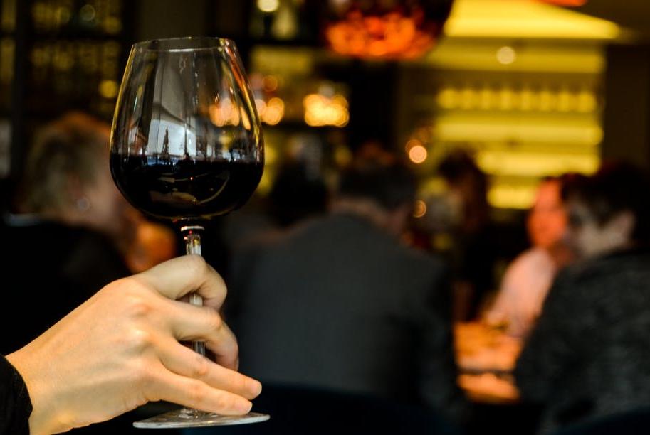 दारू प्यायल्यानं मेंदूतल्या अनेक भागांवर विपरीत परिणाम होतो. वाढत्या वयात ते जास्त जाणवतं.