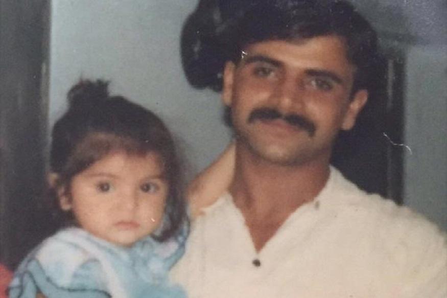 अनुष्का शर्माचे वडील अजय कुमार शर्मा सैन्यात कर्नल होते. तिचा मोठा भाऊ कर्नेश शर्मा मर्चंट नेव्हीत होता.