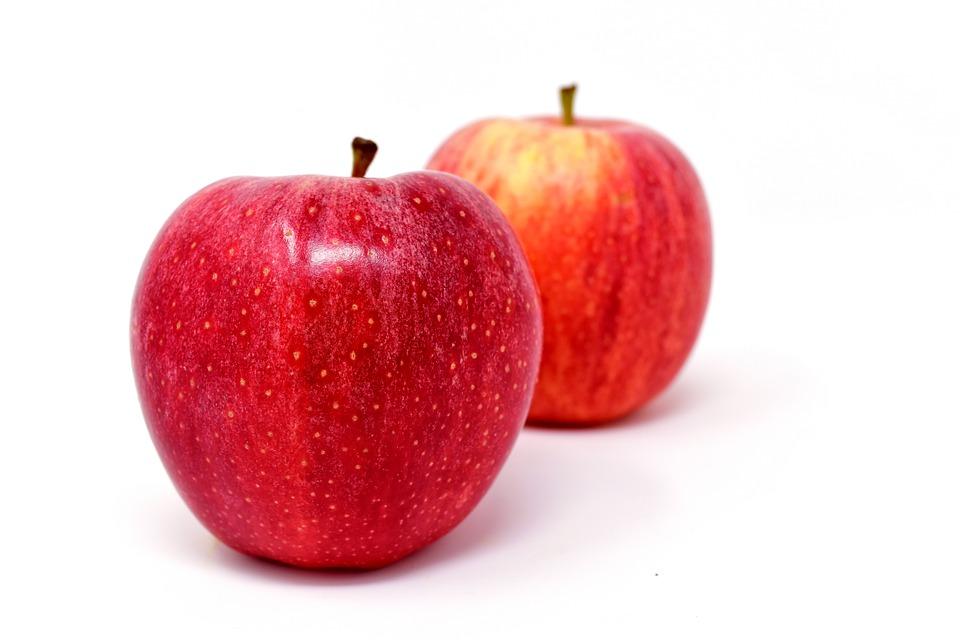 कापलेलं सफरचंद रात्रभर चंद्रप्रकाशात ठेवून आणि मग सकाळी हे सफरचंद रिकाम्या पोटी खाल्ल्यास मायग्रेन आणि डोकेदुखीच्या समस्यावर फायदेशीर ठरतं.
