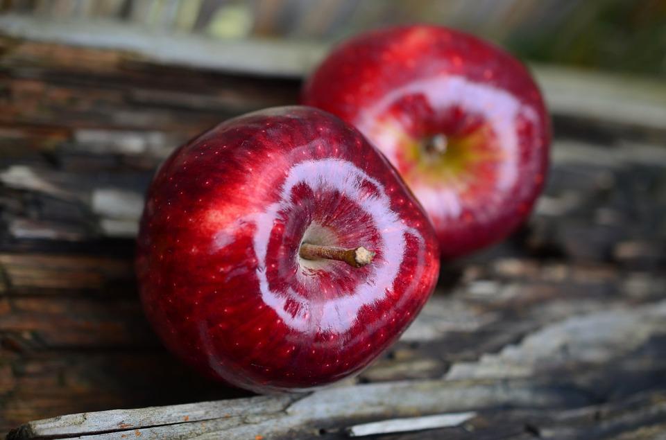 खोकल्यावर सफरचंदाचं सेवन फायदेशीर ठरतं. सफरचंदाच्या ज्यूसमध्ये काळ्या मिरीची पावडर टाकून प्यायल्यास खोकल्यावर आराम मिळतो.