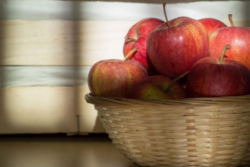डॉक्टर्सचं  म्हणणं आहे की, रोज एक सफरचंद खाणाऱ्या व्यक्तीला कोणताही आजार होतं नाही. रोज एक सफरचंद आपल्याला आजरांपासून दूर ठेवतं असं नेहमी म्हटलं जातं. पण सफरचंद खाणं मायग्रेन सारख्या गंभीर आजारांसाठी उपयुक्त असतं. जाणून घेऊया सफरचंदाचे माहीत नसलले काही  फायदे...