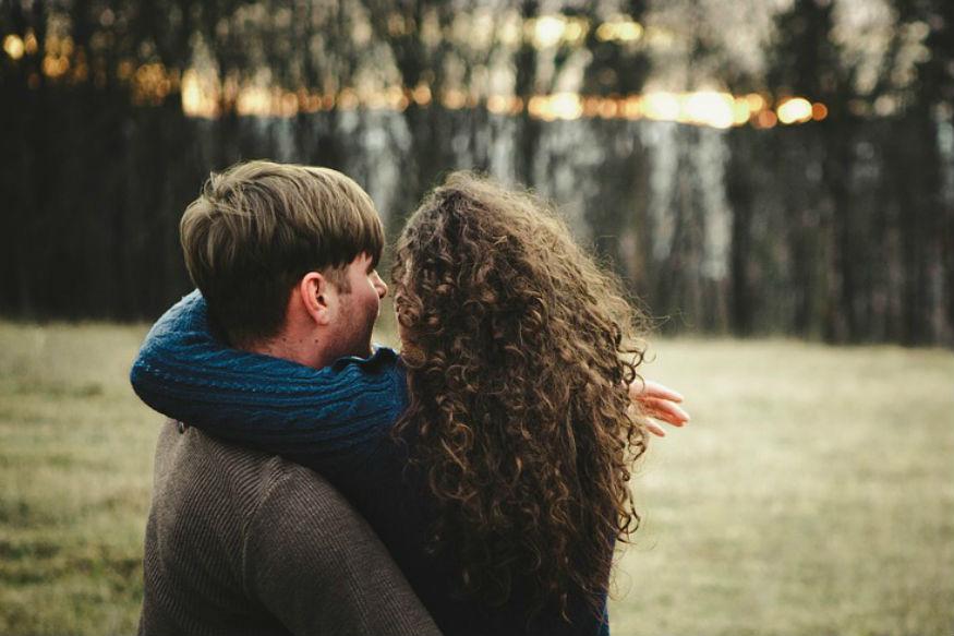 लग्नानंतर नातं टिकवायचं असेल तर दोघांनी आपल्या वागण्यात बदल करावे लागतात. पतीनं आपल्या पत्नीसोबत वागताना या गोष्टी टाळाव्यात.