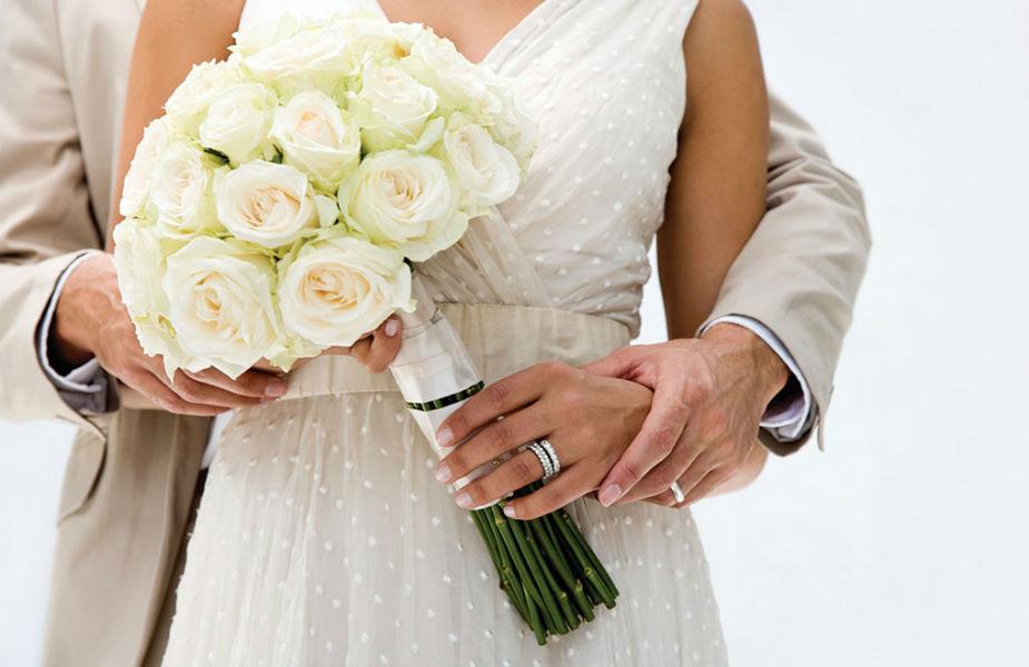 नको तेवढी दखल - सुखी लग्नासाठी एकमेकांना स्पेस देणं महत्त्वाचं असतं. पत्नीच्या प्रत्येक गोष्टीत आपला अधिकार दाखवणं, तिच्यावर संशय घेणं कुठल्याही नात्याला मारक ठरतं.