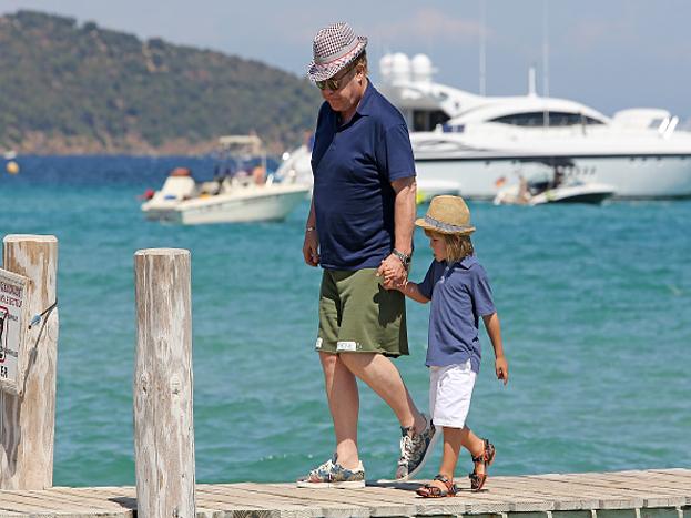 एल्टन जॉन - प्रसिद्ध संगीतकार असलेल्या या हस्तीनं सांगितलं की संपत्ती दोन मुलांना दिली तर त्यांचं आयुष्यच खराब होईल. त्यांनी स्वत:च्या पायावर उभं राहावं.