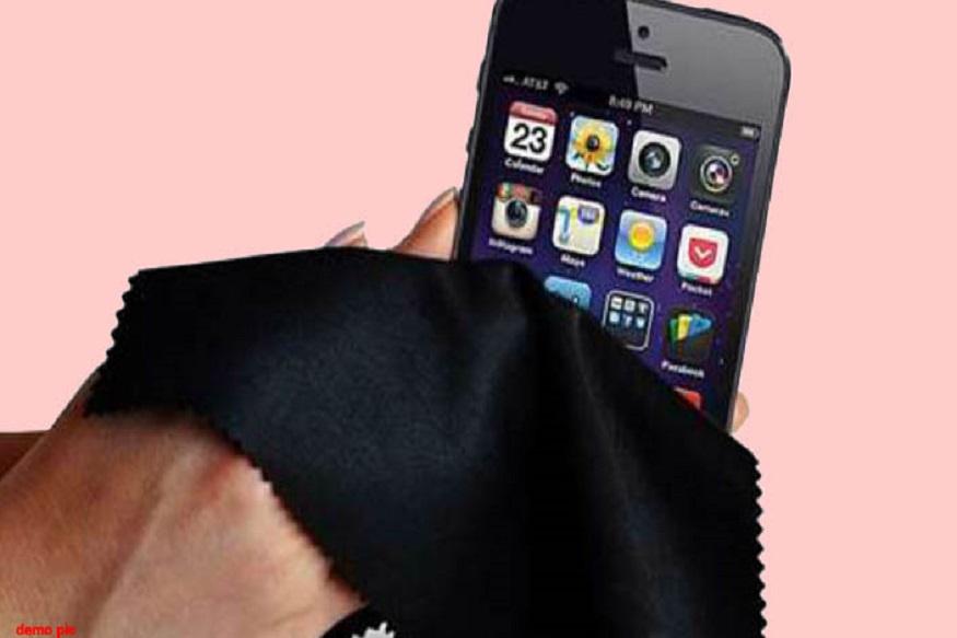 मोबाईल पाण्यात पडल्यावर त्याचे कोणतेही बटण चालू करण्याचा किंवा टचस्क्रिनला दाबण्याचा प्रयत्न करु नका. यामुळे मोबाईलचे कोणतेही फंक्शन चालू होऊन डिव्हाइसचा बोर्ड क्रॅश होण्याची शक्यता असते.