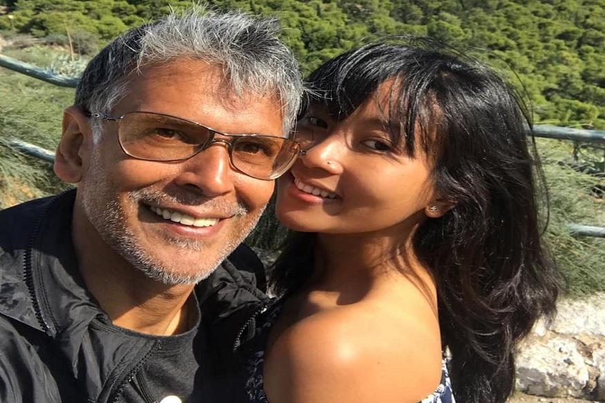 मिलिंद सोमण आणि अंकिता कोंवर यांनी गेल्या वर्षी एप्रिल महिन्यात लग्न केलं. आजही त्यांना, त्यांच्या वयातील अंतरामुळे सोशल मीडियावर ट्रोल केलं जातं. मिलिंद आणि अंकिता यांच्या वयात तब्बल 25 वर्षांचं अंतर आहे.
