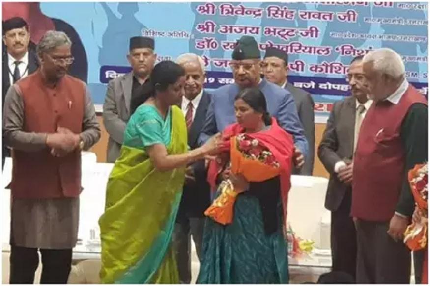 ...अन् निर्मला सीतारमन यांनी व्यासपीठावरच शहीद जवानाच्या आईचे पाय पडून घेतले आशीर्वाद