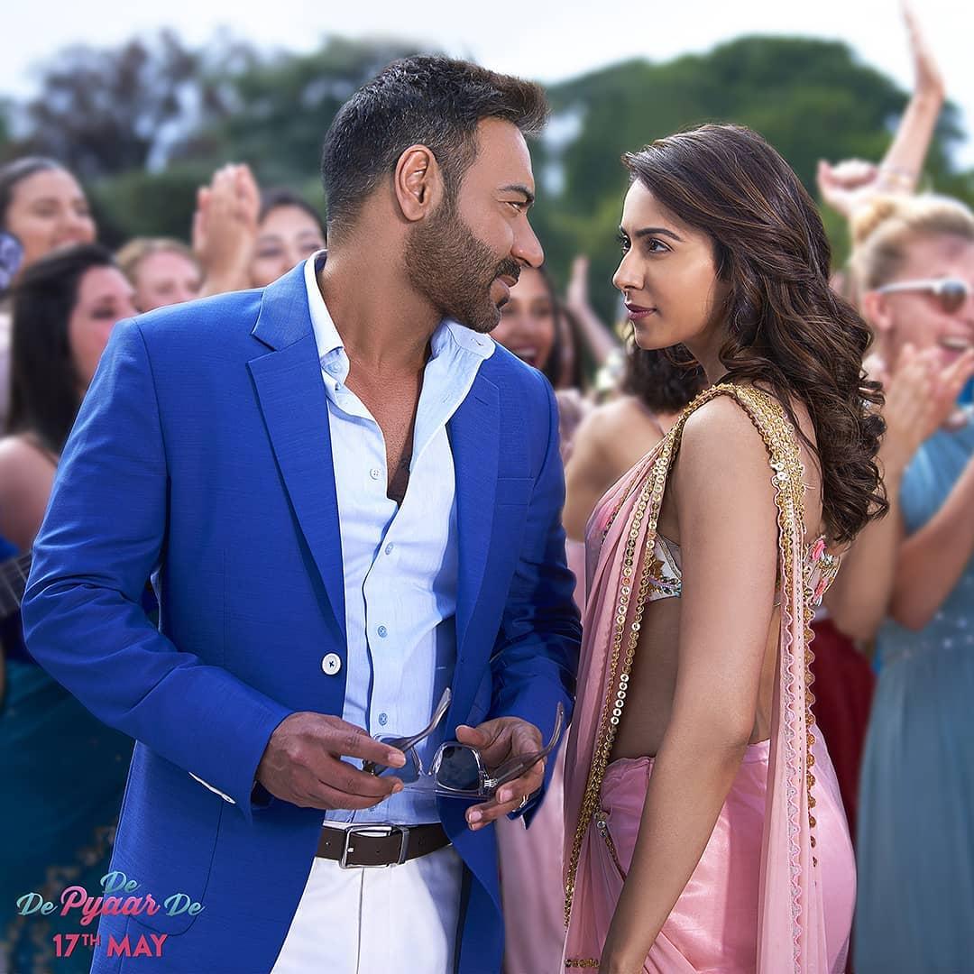 या सगळ्यात आता तिने आपला मोर्चा अजय देवगणकडे वळवला आहे. तिने अजयच्या आगामी सिनेमावर प्रश्न उपस्थित केले आहेत.