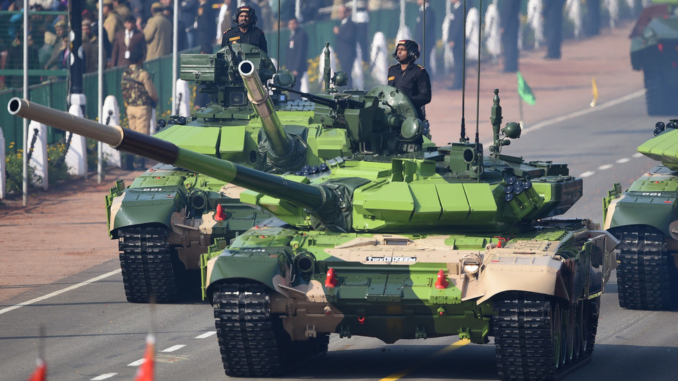 भारताने रशियाकडून T-90 MS बनावटीचे 464 रणगाडे खरेदी करण्याचा निर्णय घेतला आहे. केंद्र सरकारने 13,500 कोटींच्या या संरक्षण व्यवहाराला परवानगी दिली आहे.