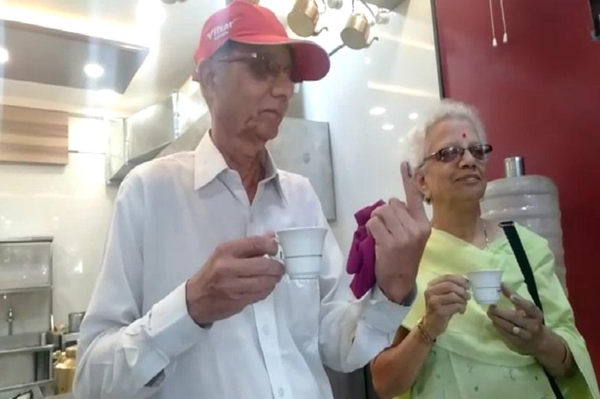 मतदान केल्याची शाई बोटावर दाखवून एका वृद्ध दाम्पत्याने चहा पीत असताना मतदान करण्याचं आवाहन केल.
