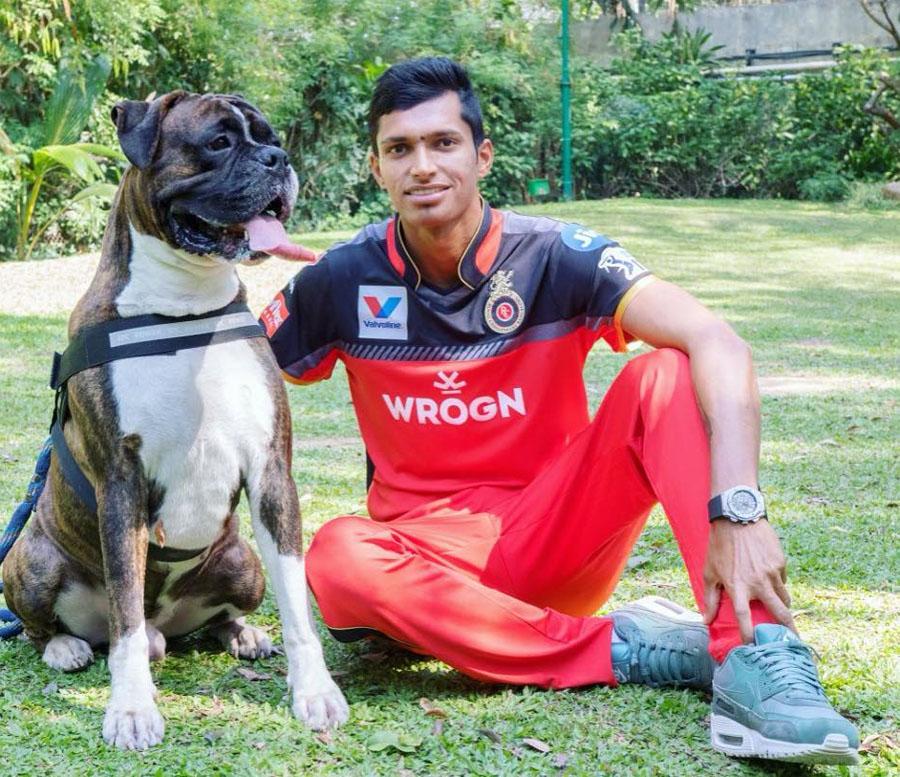 नवदीप सैनी वर्ल्ड कपमधून भारतीय संघात पदार्पण करू शकतो असं भारताचा माजी खेळाडू  आणि आरसीबीचा प्रशिक्षक आशीष नेहरा म्हणाला होता.