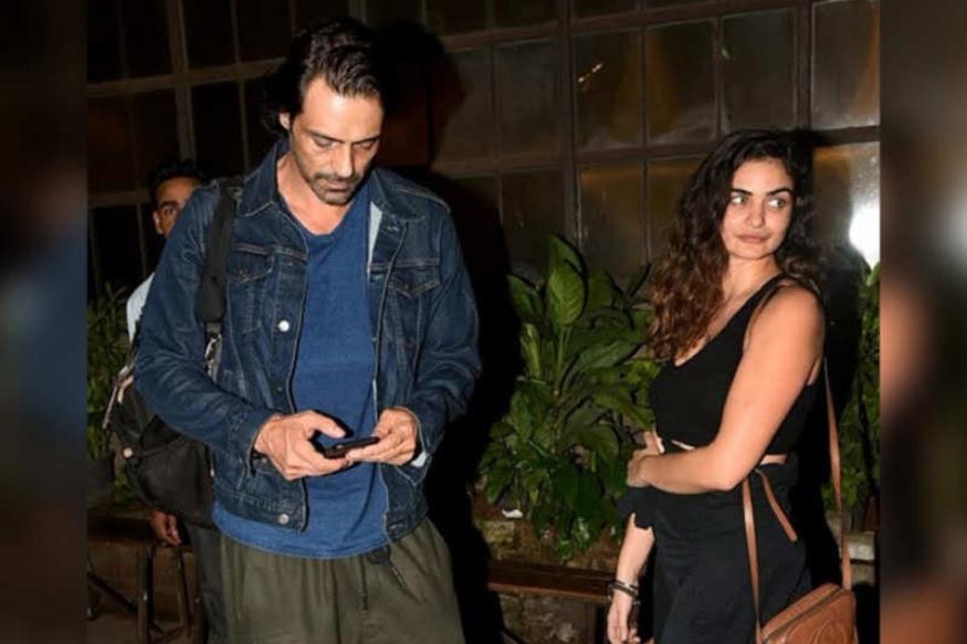 बॉलिवूड अभिनेता अर्जुन रामपालची गर्लफ्रेंड गॅब्रिएला हिनं काही महिन्यांपूर्वीच मुलाला जन्म दिलाला. मात्र अर्जुन आणि गॅब्रिएलाचं अद्याप लग्न झालेलं नाही. पण लवकरच ते लग्न करतील असं बोललं जात आहे.