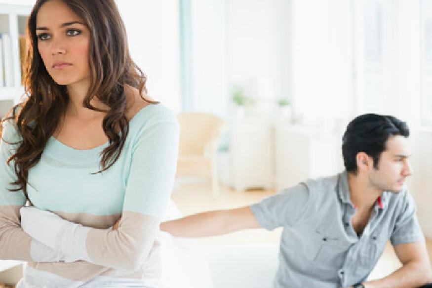 नवरा-बायकोचं भांडण हे चहातल्या कपातलं वादळ असतं असं म्हणतात. पण ते दररोज कुठल्या ना कुठल्या कारणावरून होत असेल तर ती बाब गंभीर असते. अशावेळी पती किंवा पत्नी स्वतःलाच दोष देत कुढत बसतात. मात्र, यासंदर्भात अमेरिकेत झालेल्या एका रिसर्चमध्ये एक आश्चर्यकारक निष्कर्ष समोर आला आहे.