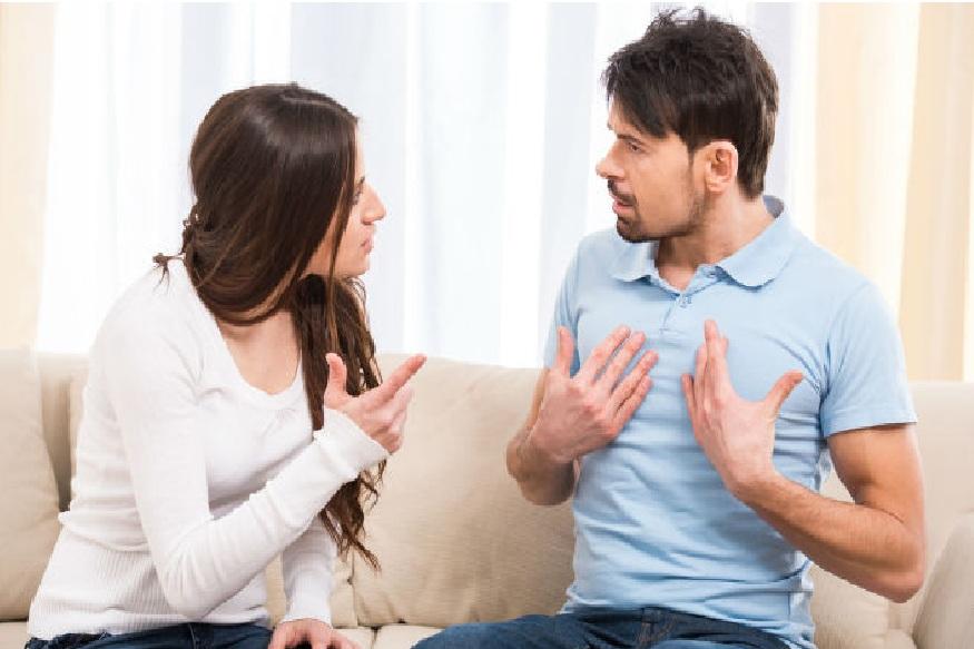 आय हेट यू - कितीही राग आला तरी असं बोलू नका. या शब्दांमुळे तो खूप हर्ट होईल. नंतर तुम्ही सॉरी बोललात तरी त्याचा फारसा परिणाम होत नाही, जोडीदाराच्या मनात तो शब्द कायम राहतो. प्रेम आणि विश्वास दोन्ही कमी होऊ शकतात.