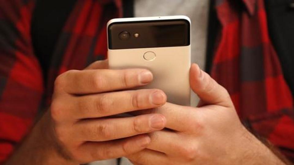 गुगलने आपल्या या स्मार्टफोनमध्ये किस डिटेक्शनचं फिचर जोडलं आहे. जेव्हा तुम्ही तुमच्या खास व्यक्तीला KISS कराल तेव्हा तात्काळ तुमचा फोटो निघेल असा दावा कंपनीने केला आहे.