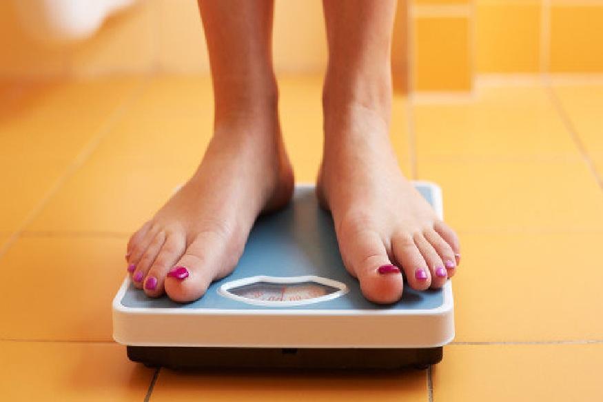 वजन वाढल्यामुळे अशा लोकांना प्लैंक एक्सरसाइज करणं सहज शक्य होत नाही. पण ते इतकंही कठीण नाही. कमरेचा वाढलेला घेर अर्थात चरबी जर तुम्हाला कमी करायची असेल तर हा व्यायाम नक्की करा.