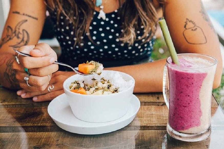 बसल्या जागेवर काहीही आणि कितीही खाण्याने तुमचं वजन वाढतं. त्यात जर जंक फूडचं प्रमाण अधीक असेल तर वजन कमी होतच नाही.