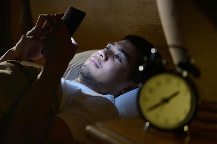 रात्री अंथरुणावर पडताच अनेकांना झोप लागत नाही. मग मोबाईलवर गेम्स किंवा सोशल मीडिया स्क्रोल करता करता कधी झोप लागते हे त्यांचं त्यानाच कळत नाही. अशापद्धतीने वेळ वाया घालवण्यापेक्षा त्याचा सद्उपयोग तुम्ही करू शकता.