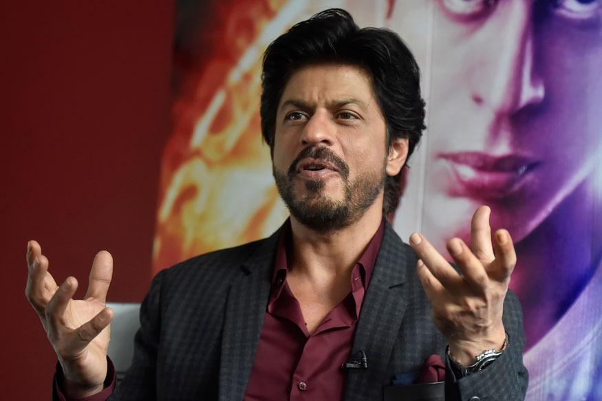 बॉलिवूडचा बादशाह अभिनेता शाहरुख खानला घोड्यावर बसण्याची भीती वाटते. त्यामुळे तो कोणत्याच सिनेमात हॉर्स रायडींग करताना दिसत नाही. करण अर्जुन या सिनेमात तो एकदाच घोड्यावर बसला होता. पण त्यावेळी त्याच्या पाठीला दुखापत झाली होती.