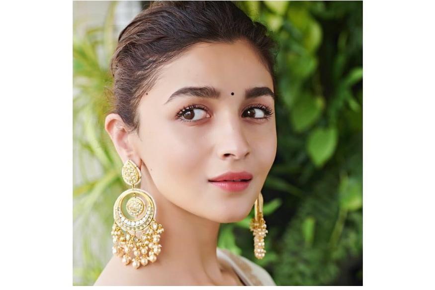 आलिया भटचा जन्म मुंबईतील आहे. तिचे वडील गुजराती आहेत पण तिची आई सोनी राजदान यांचा जन्म बर्मिंघममध्ये झाला असल्यानं आलियालाही ब्रिटीश नागरिकत्व मिळालं आहे. त्यामुळे तिला भारतात मतदान करता येत नाही.