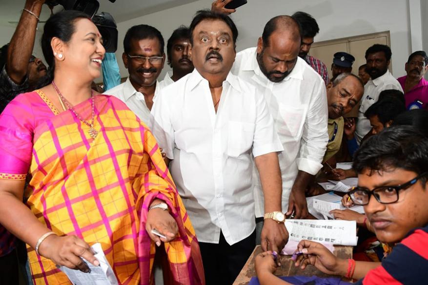 अभिनयासोबत राजकारणात प्रवेश घेतलेल्या विजयकांतही आपल्या पत्नीसोबत मतदान करायला आले होते.
