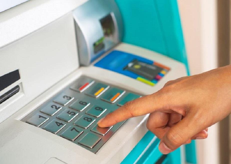 RBIच्या नियमाप्रमाणे बँकेला 7 दिवसांत ग्राहकांना पैसे परत द्यावे लागतात. तसं नाही झालं तर बँकेला ग्राहकांना दंड द्यावा लागतो.
