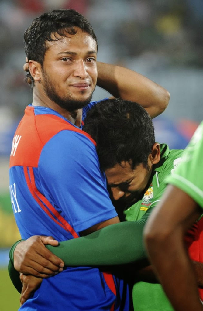 मात्र, या यादीत केवळ भारतीय खेळाडूंचाच समावेश होतो, असे नाही. या यादीत परदेशी खेळाडूही आहेत. 2012च्या आशियाई कपमध्ये बांगलादेशचा संपुर्ण संघ मैदानावर रडताना दिसला. बांगलादेशच्या संघानं पाकिस्तानच्या विरोधात केवळ 2 धावांनी सामना गमावला. त्यानंतर संपुर्ण संघाला आपले अश्रु अनावर झाले.